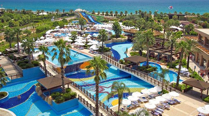 Het gigantische zwembad van Fame Residence