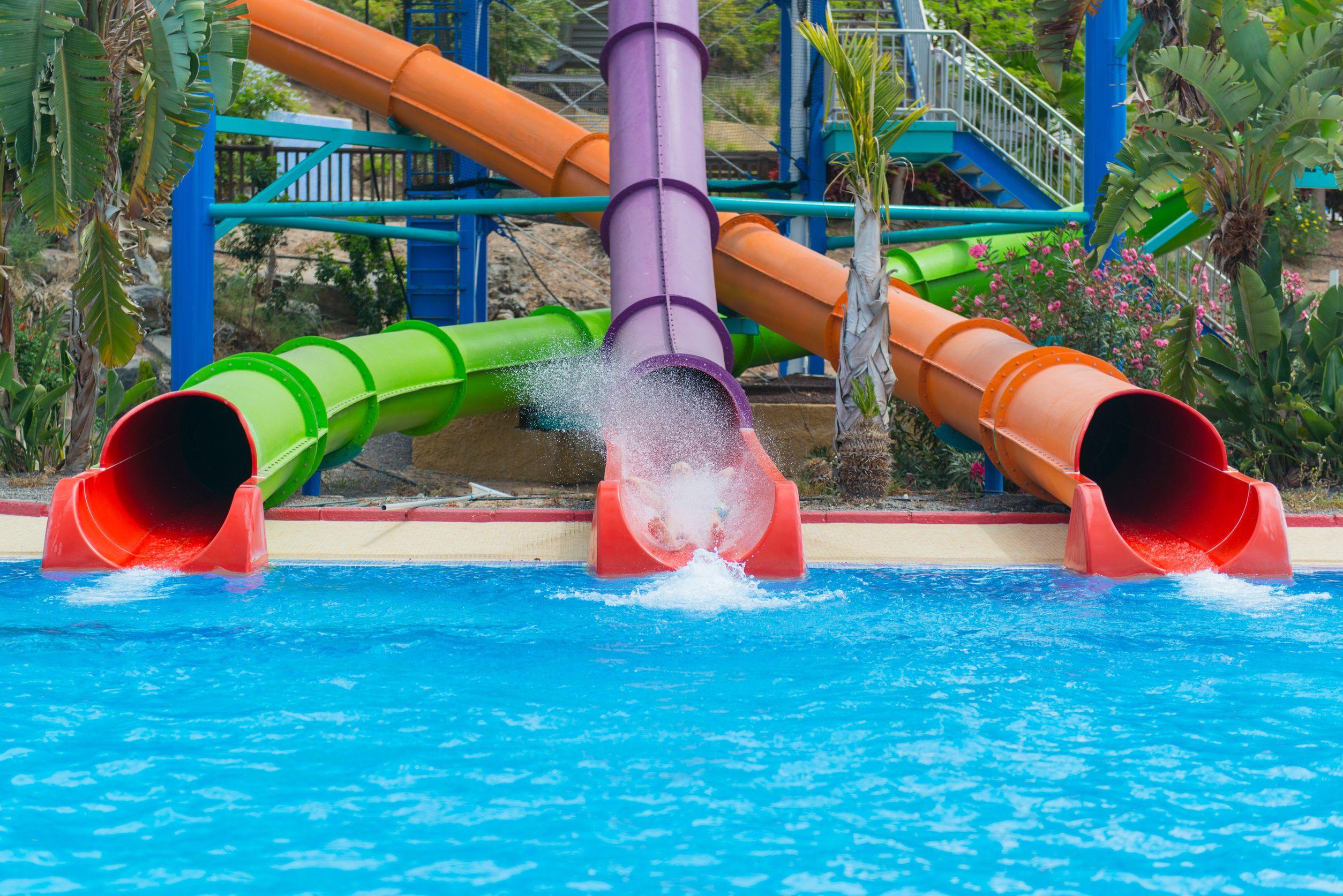 spanje zwembad met glijbanen